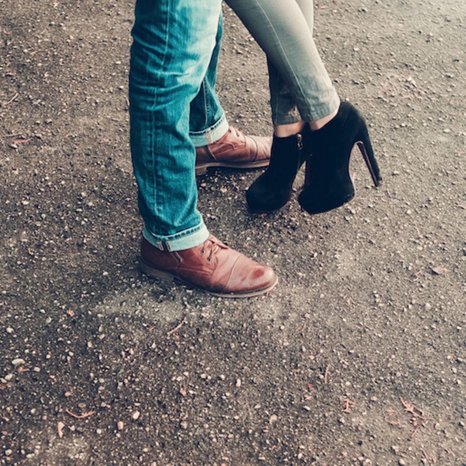 Fremdgehen: Nur die Schuhe von einem Pärchen, das sich in den Armen liegt