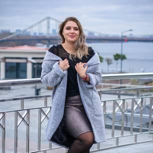 Stylingtipps für Kurvige: Frau mit Mantel