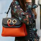 Saddle Bag: Frau mit Handtasche