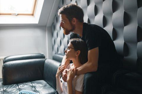 Ständig Zoff: Paar umarmt sich