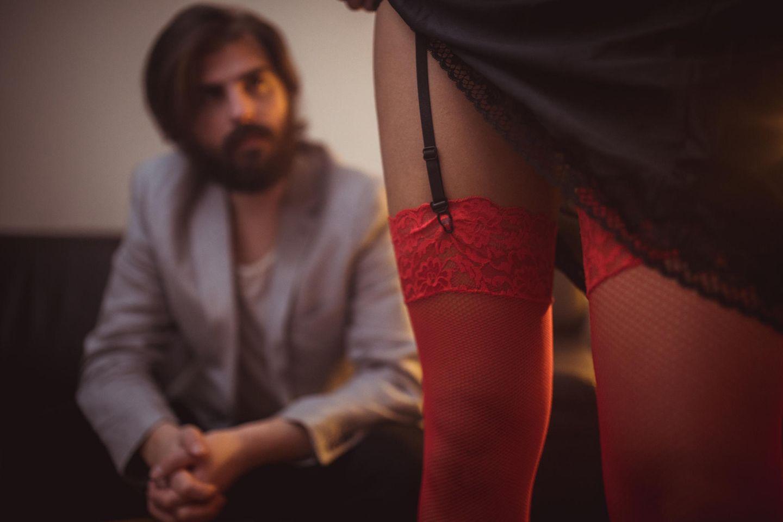 Warum gehen Männer zu Prostituierten: Mann mit leicht bekleideter Dame