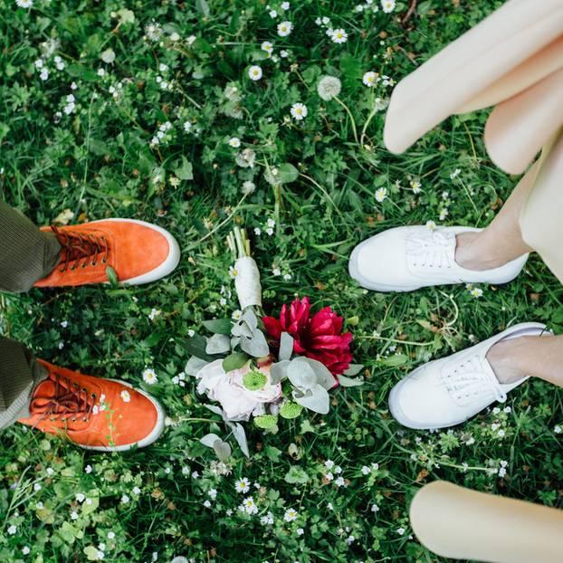 Jedem Ende wohnt auch ein Anfang inne: Füße mit Brautstrauß