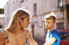 Er kann die Trennung nicht akzeptieren: Mann hält Frau an Hand fest