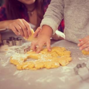 Plätzchenteig für Kinder: Kinder beim Backen