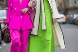 Streetstyle mit einem Hosenanzug in Pink und einem Kleid in Neongrün