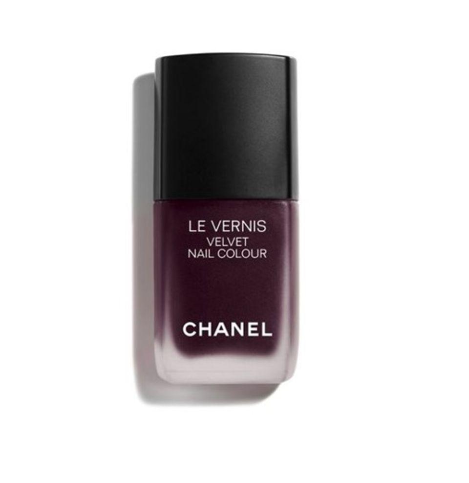 Der Lack ist matt: Nagellack in lila von Chanel