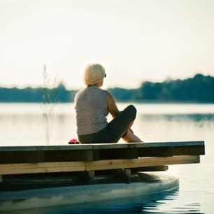 Dinge, die Menschen am Ende des Lebens bereuen: Ältere Frau am See