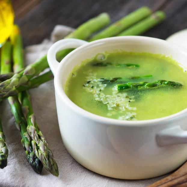 Grüne Spargelsuppe mit Olivenöl