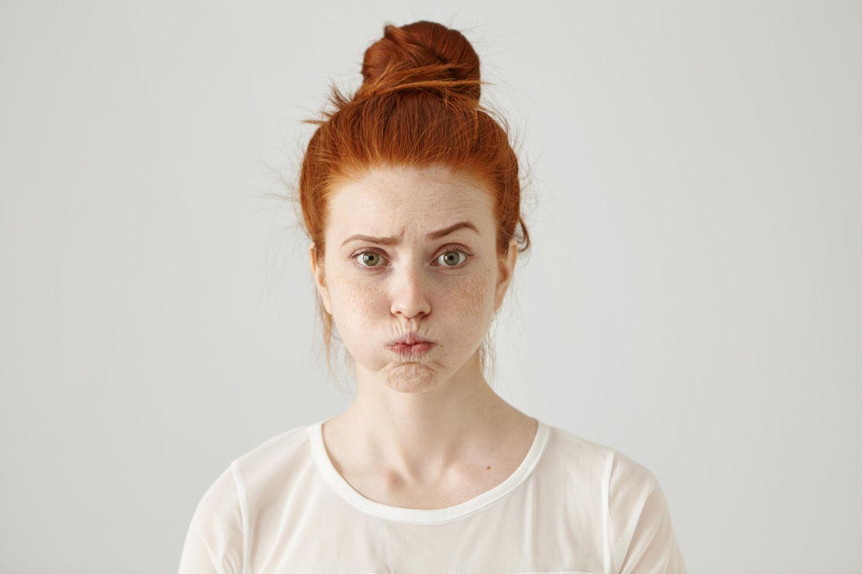 Diese Probleme haben Menschen, die als Kind zu sehr verwöhnt wurden: Eine junge Frau zieht eine Grimasse