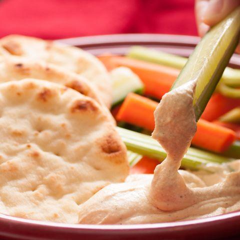 Hummus mit Salat und Naan-Brot