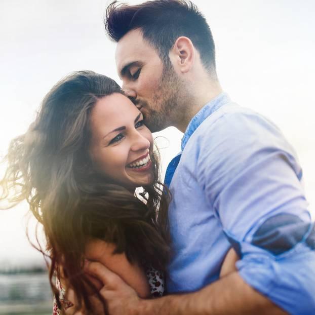Paar-Arten: Mann küsst Frau auf Wange