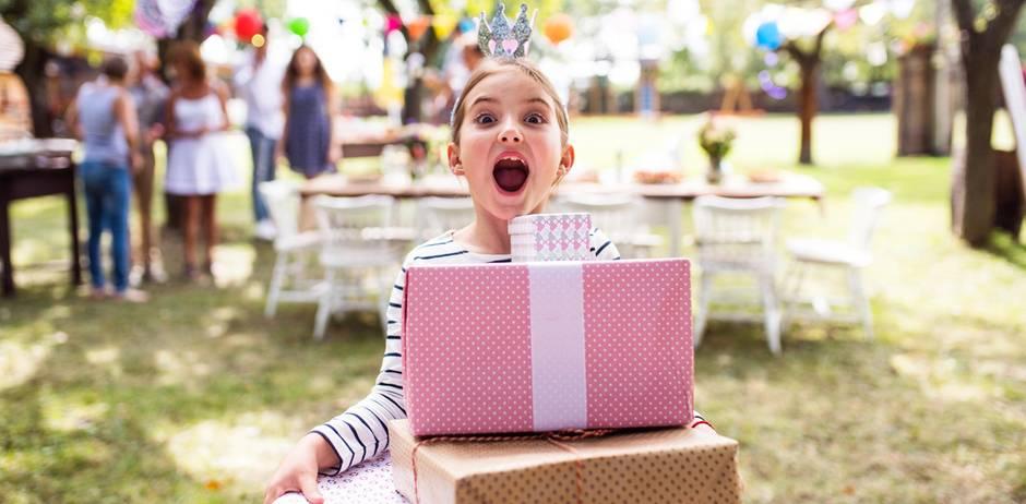 Verwöhntes Einzelkind: Kind mit Geschenken schreit.