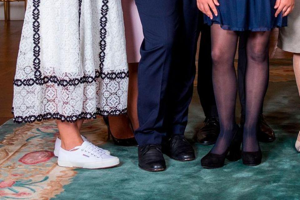 Prinzessin Ingrid Alexandra trägt Sneaker zur Goldhochzeit von Harald und Sonja von Norwegen