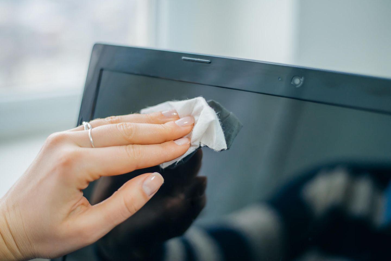 Monitor reinigen: Bildschirm mit Tuch reinigen