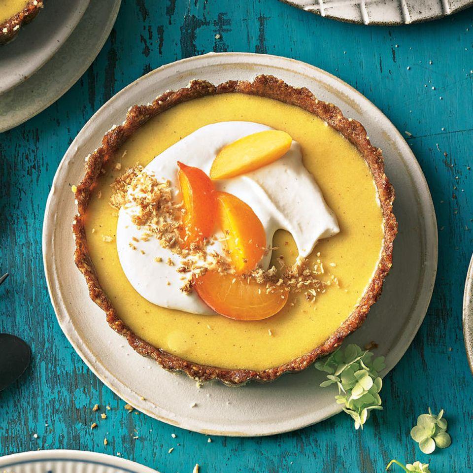 Aprikosen-Pies mit Dattel-Nuss-Boden