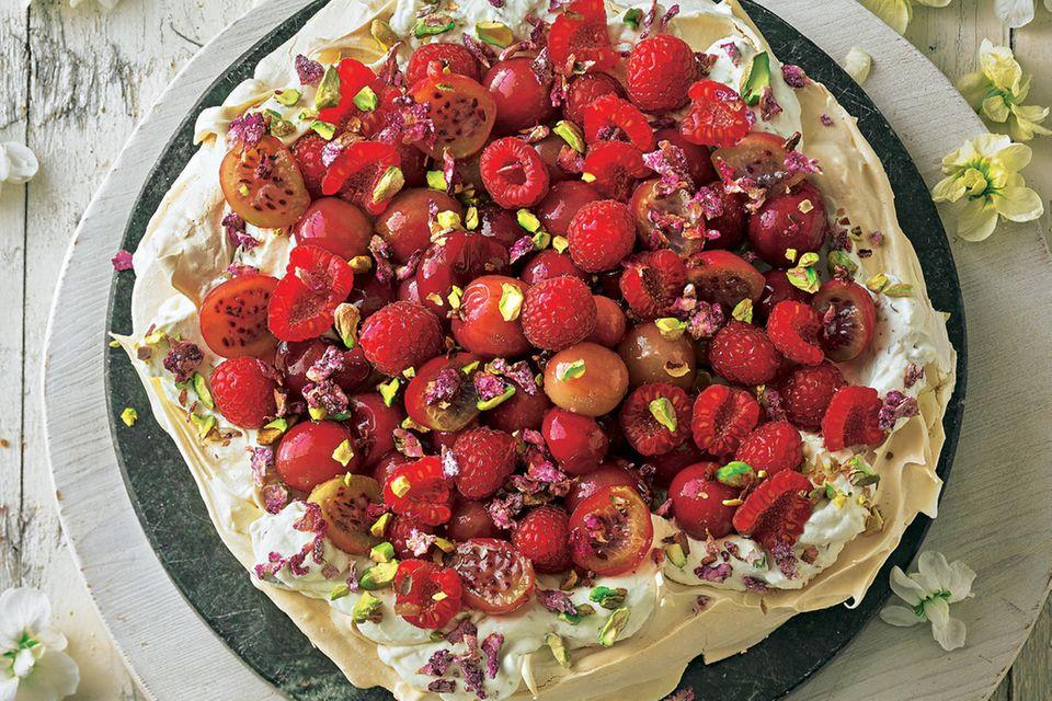 Stachelbeer-Himbeer-Pavlova mit kandierten Rosenblättern