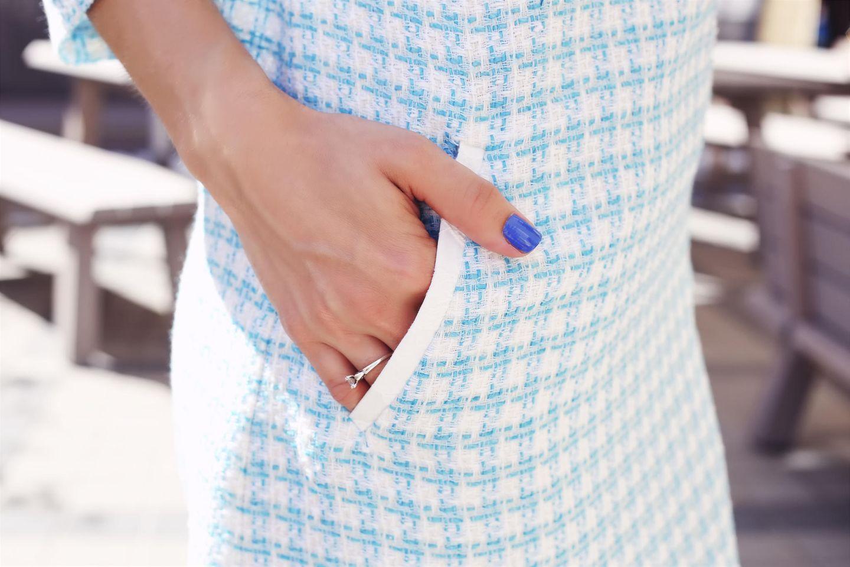 Nagellack aus Kleidung entfernen: Frau mit lackierten Nägeln