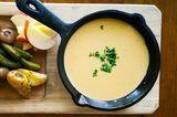 Veganes Käsefondue auf einem Tisch