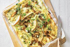 Flammkuchen mit Pilzen, Birne und Gorgonzola
