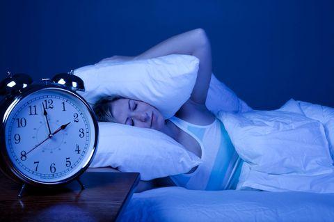 So einfach! Laut Studie hilft dieser kleine Trick super gegen Einschlafprobleme