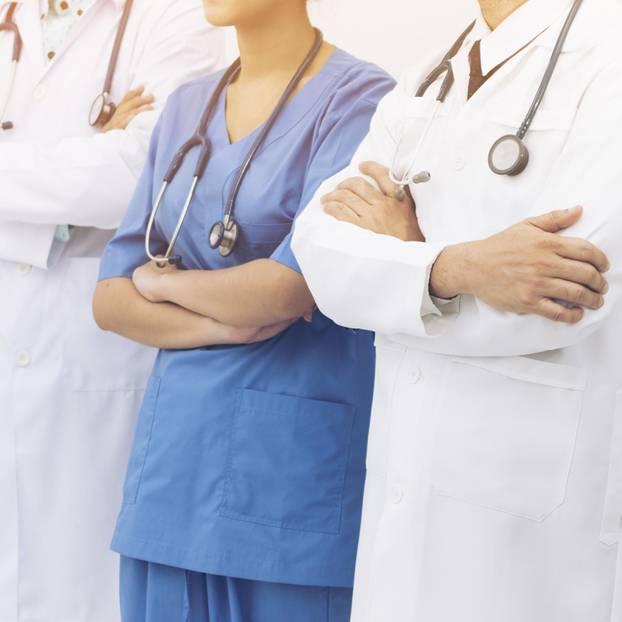 Ärztinnen verdienen zu Recht weniger: Mehrere Ärzte mit verschränkten Armen