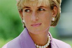 Diana weiß, wie sich schminken muss