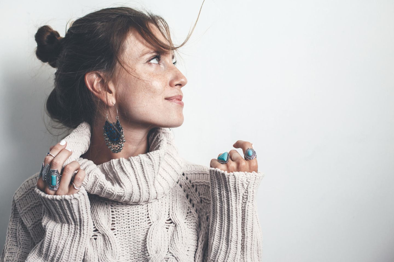 Pilling: Frau mit Wollpullover