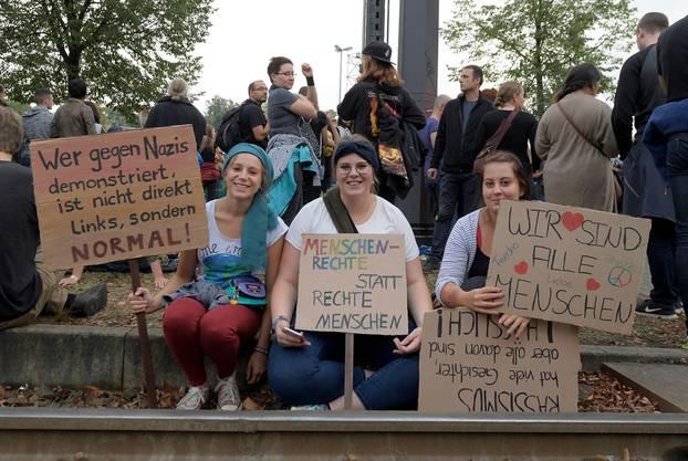 #wirsindmehr: Demonstranten gegen Nazis und Fremdenfeindlichkeit