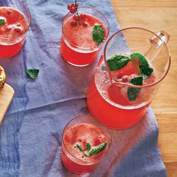 Limonade mit roten Johannisbeeren
