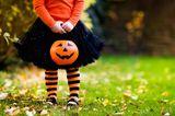 Herbst-Ideen: Kind mit Kürbiskopf in der Hand