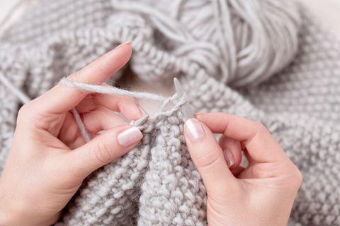 Stricken für Anfänger: Frau strick an Pullover