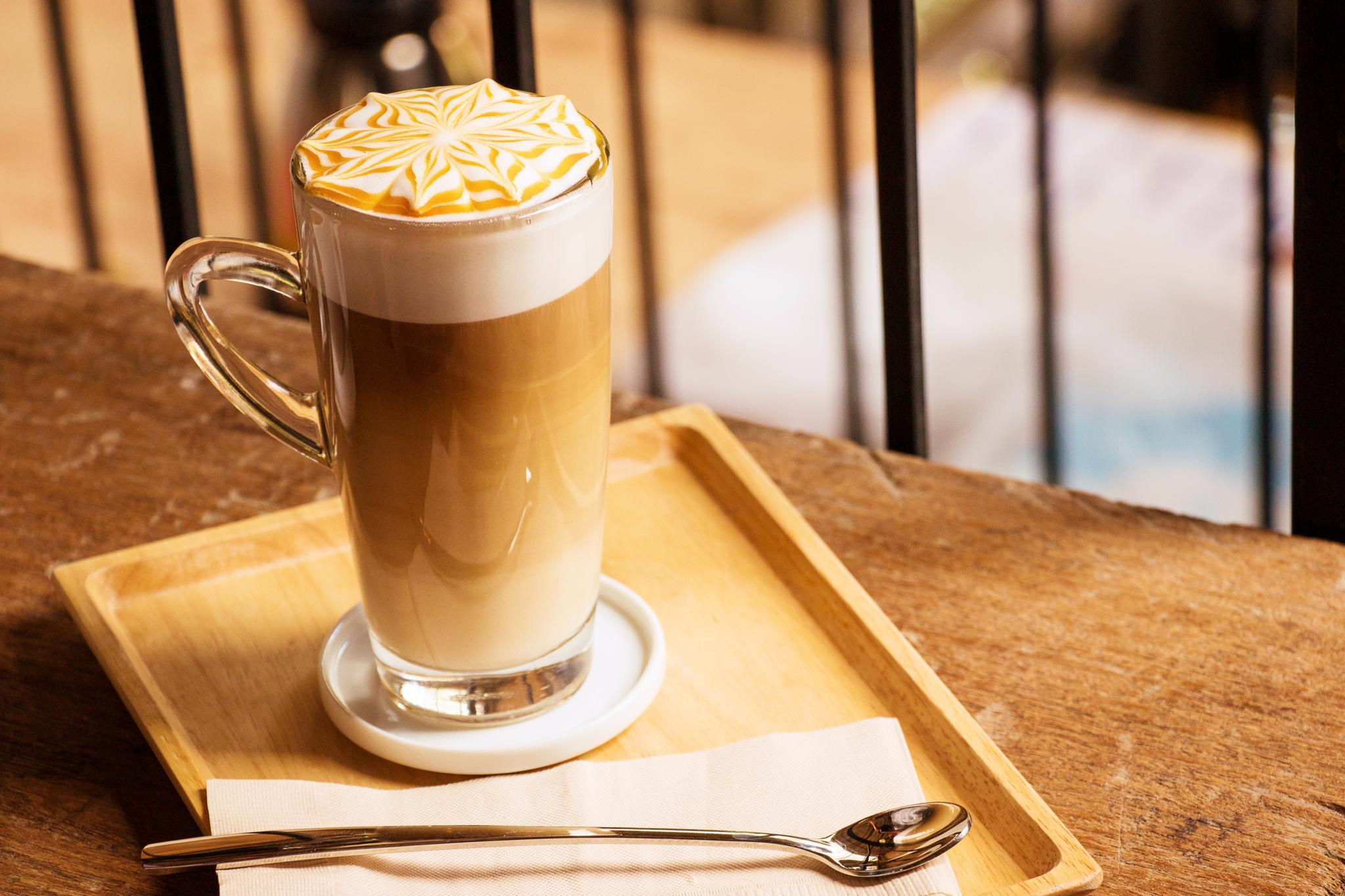 mandel-latte-macchiato (getreidekaffee) | brigitte.de