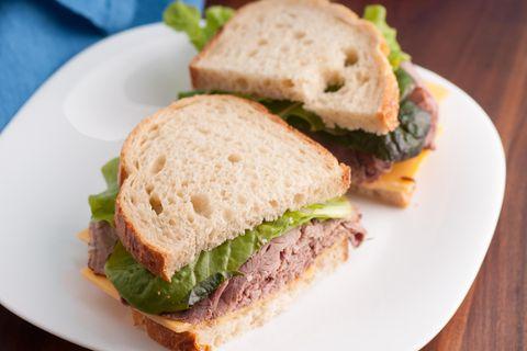 Roggen-Sandwich mit Corned Beef