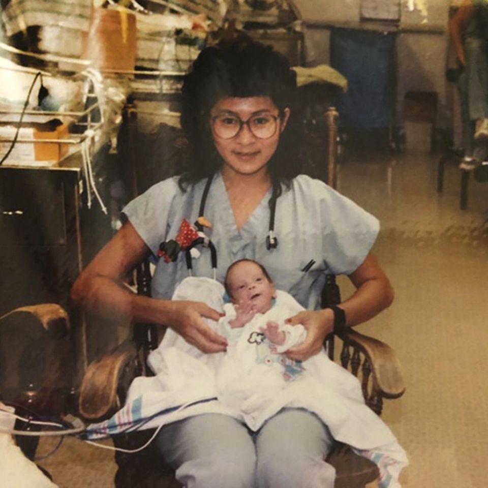 Facebook: Krankenschwester mit Frühchen auf dem Schoß