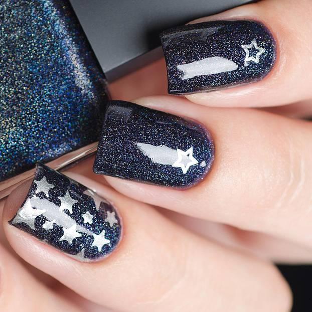 Nagel-Trend: Blau lackierte Fingernägel mit Sternen