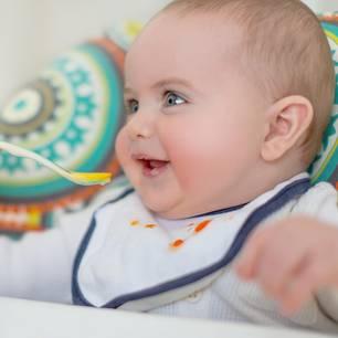 Karottenflecken entfernen: Baby isst Karottenbrei