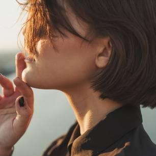 Glass Hair: Frau mit braunem Bob
