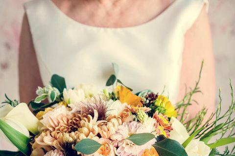 Zweite Hochzeit: Frau hält Blumenstrauß