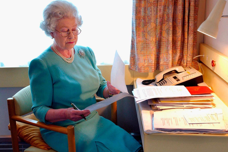 Queen Elizabeth II. erledigt Papierkram