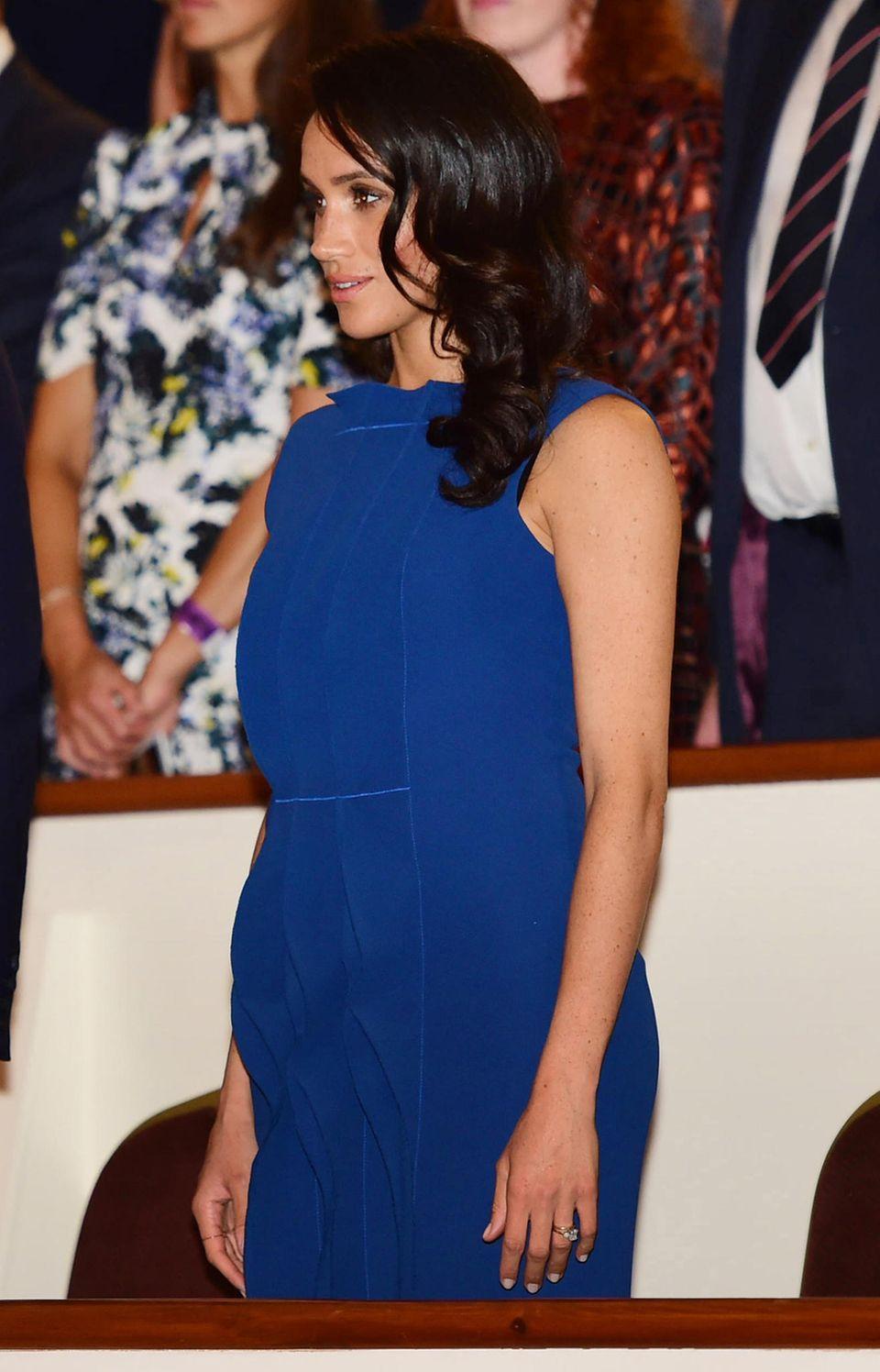 Herzogin Meghan im blauen Kleid