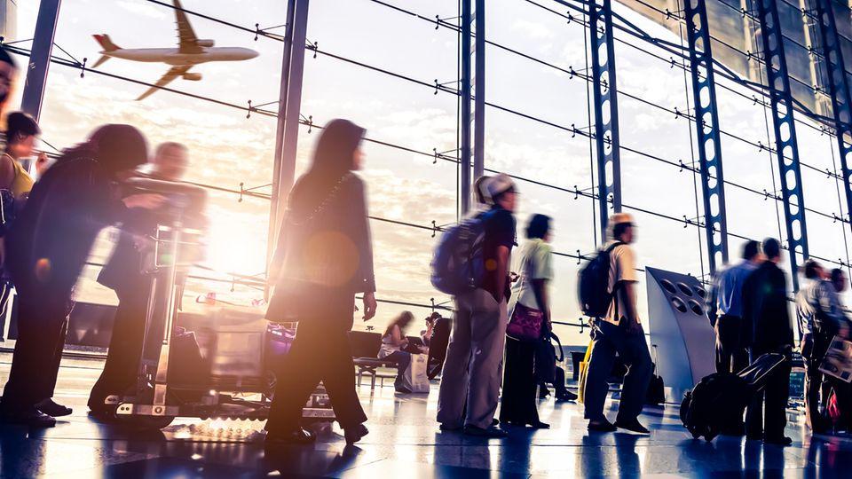 Bakterienfalle im Flughafen: Menschen am Flughafen
