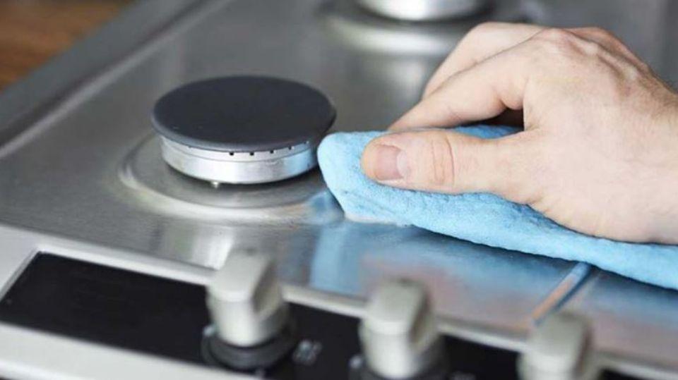 So werden verschmutzte Kochflächen wieder strahlend sauber