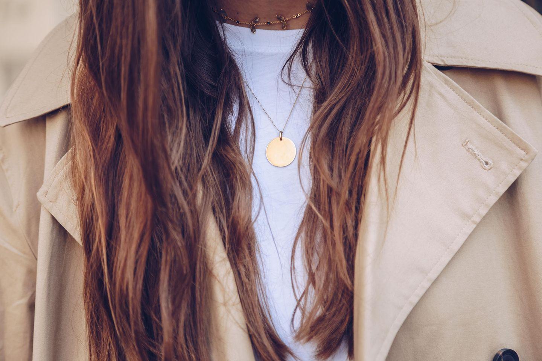 Das sagt dein Schmuck über dich aus: Frau mit Goldkette