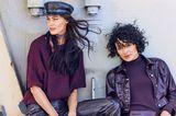 Zwei Frauen tragen Teile in Lack-Optik
