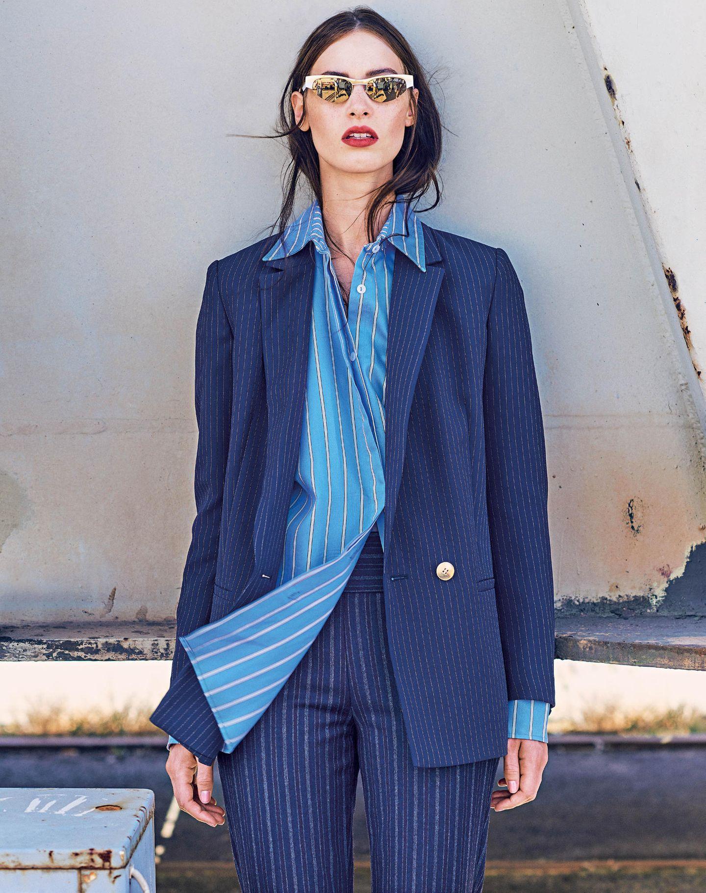 Unser Styling - Tipp: In einer Farbwelt bleiben, für noch mehr Abwechslung sorgt die Kombination verschiedener Muster.  Doppelreiher mit Goldknöpfen: Esprit, ca. 100 Euro. Lässiges Hemd: Reserved, ca. 40 Euro. Längs gestreifte Wollhose: Benetton, ca. 70 Euro. Sonnenbrille: Gigi Hadid for Vogue Eyewear.