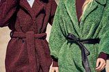 Zwei Frauen mit bunten Teddymänteln