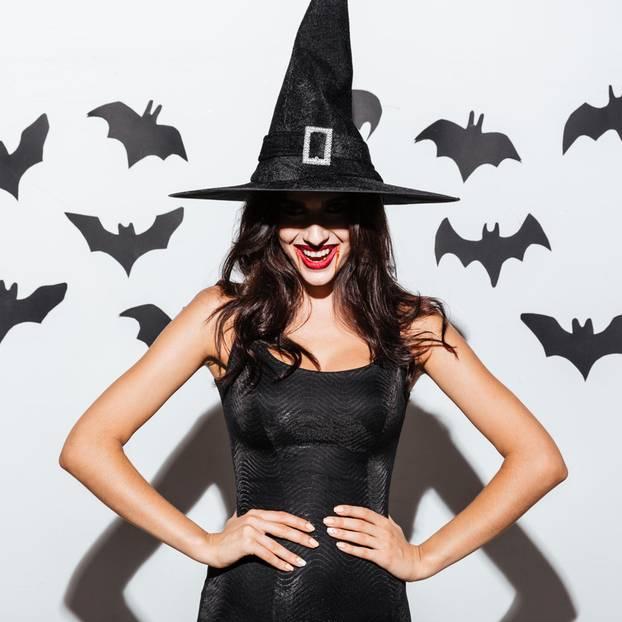 zu Halloween schminken: Frau mit Hexenkostüm und Fledermäusen