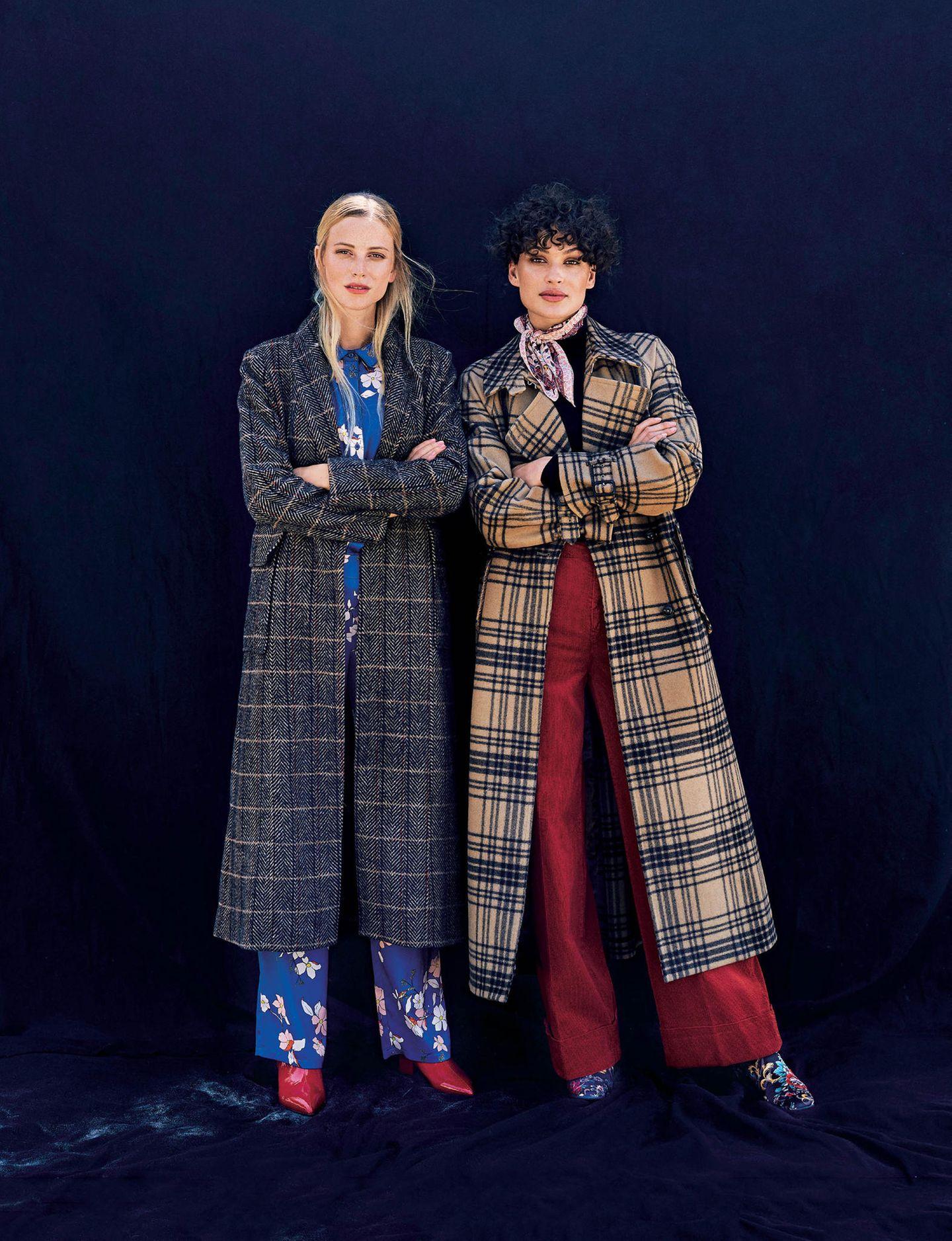 Zwei Frauen in Karo-Mänteln