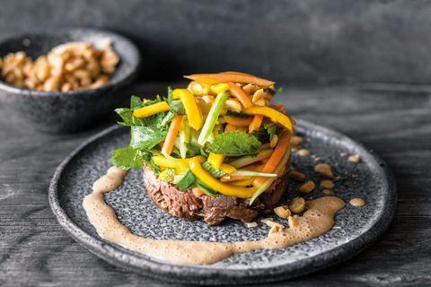 Thai-Beef-Salat mit Erdnussschaum