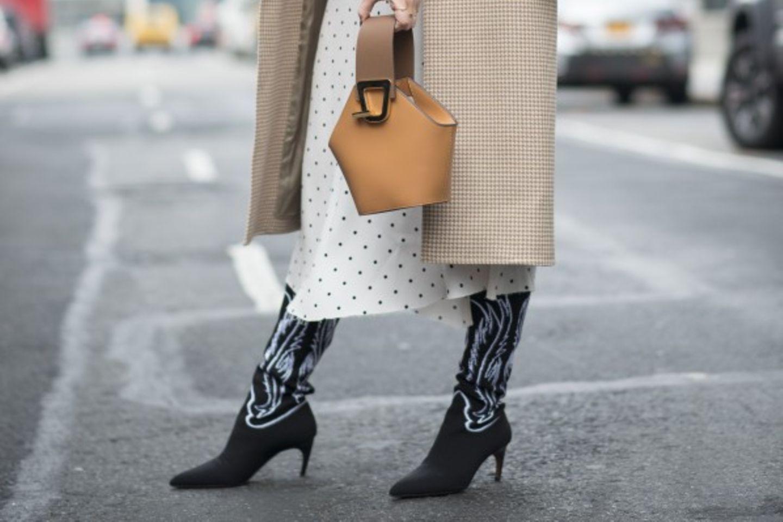 Schuhtrends im Herbst: Frau mit Coybow-Stiefeln